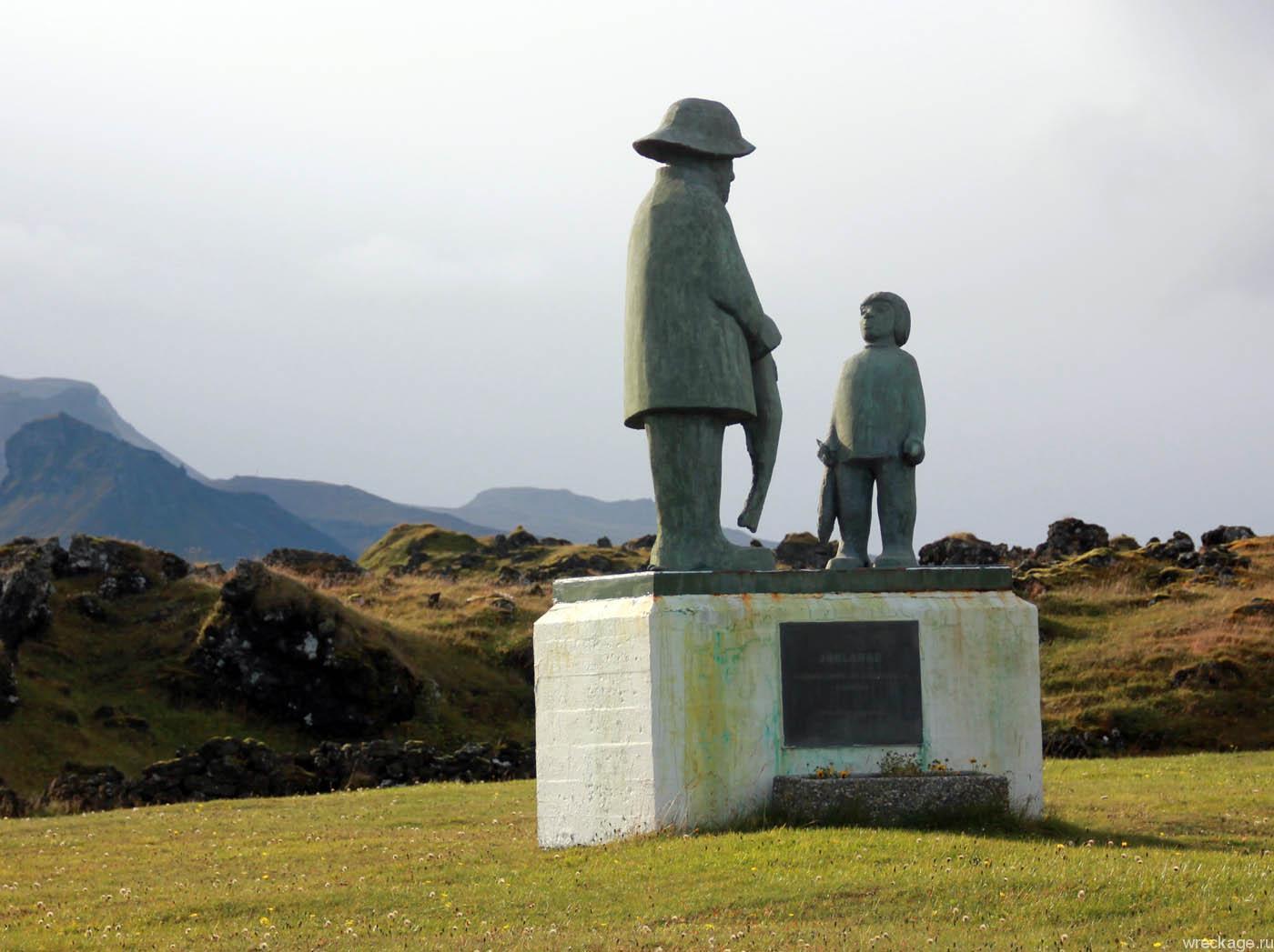 исландия памятник рыбаку отрезающему голову рыбе
