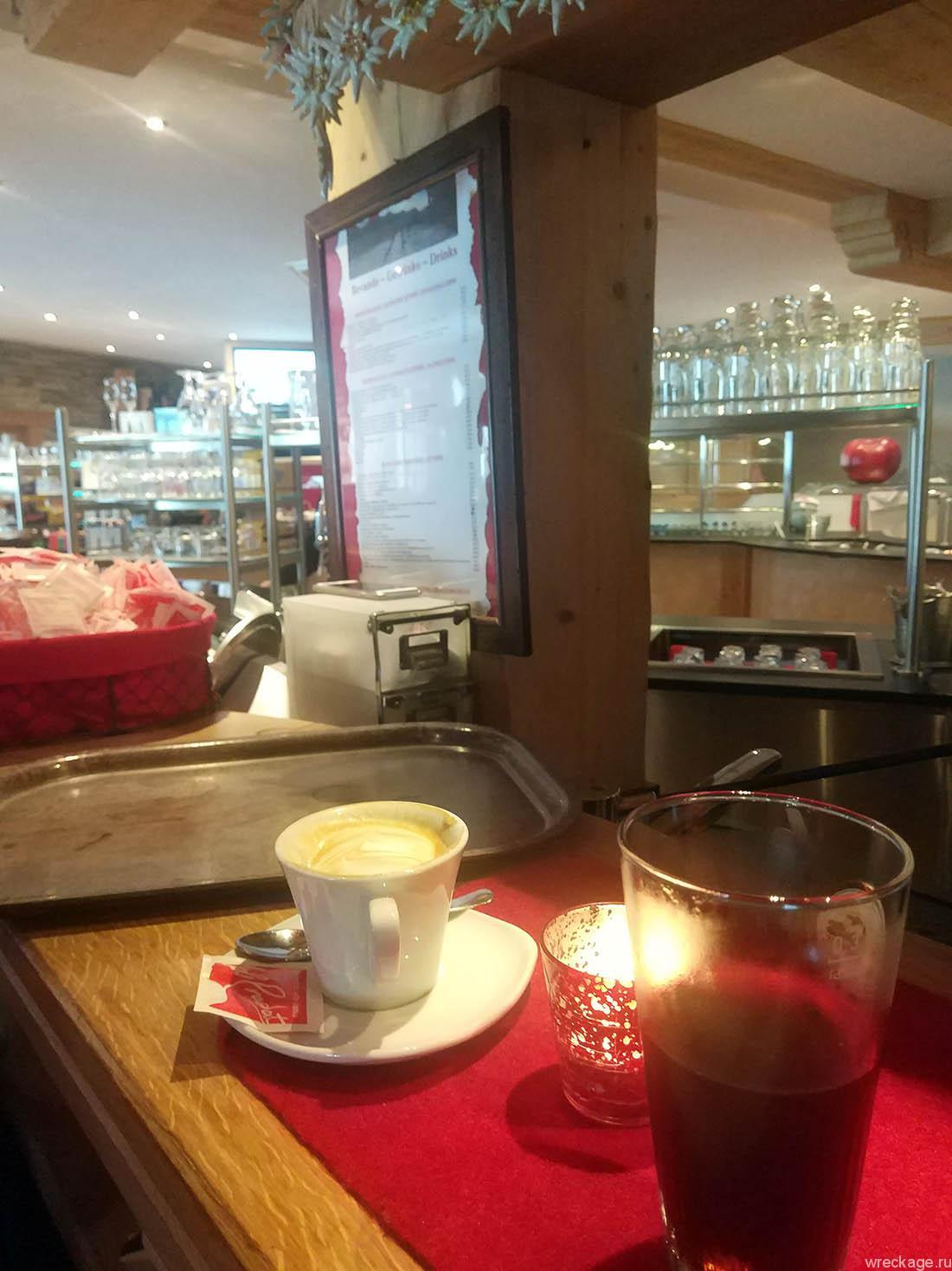 кафе на склоне в альпах