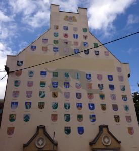 Рига здание с флагами