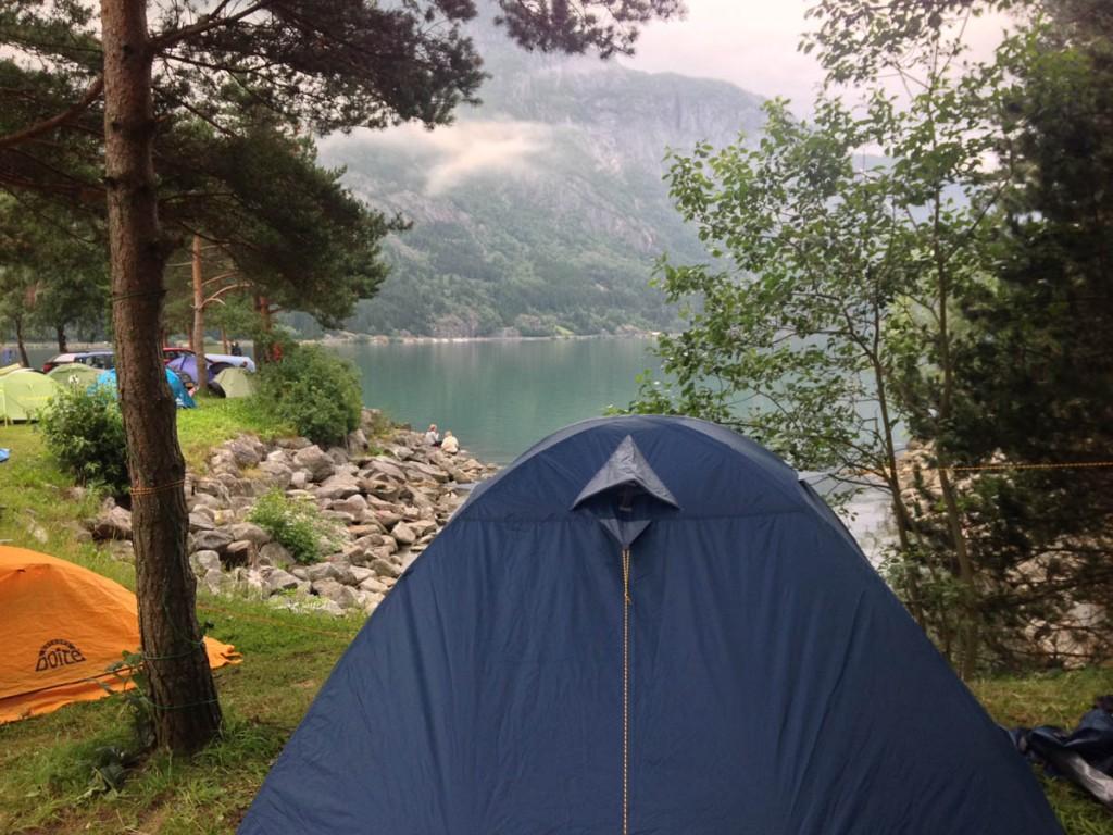 палатка в кемпинге одды