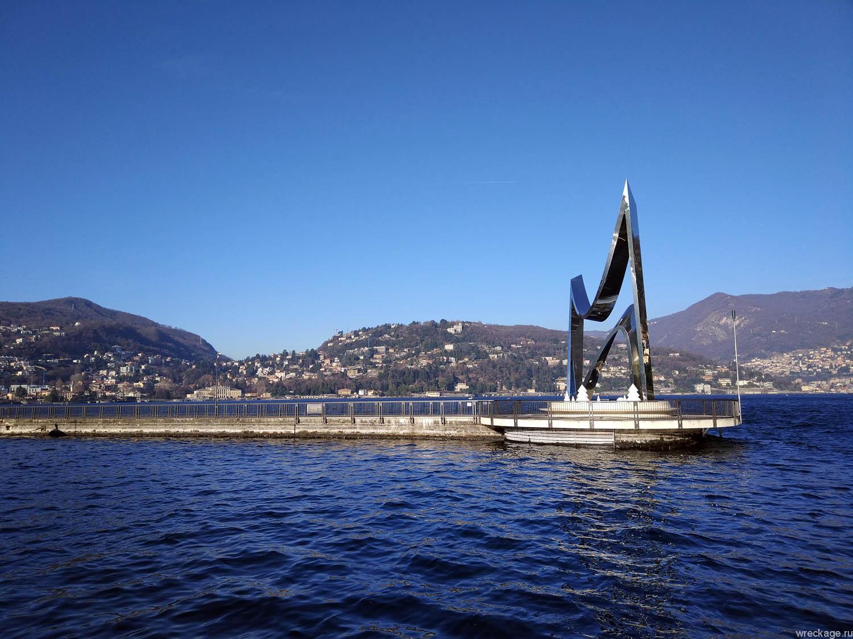 Life Electric монумент на озере Комо