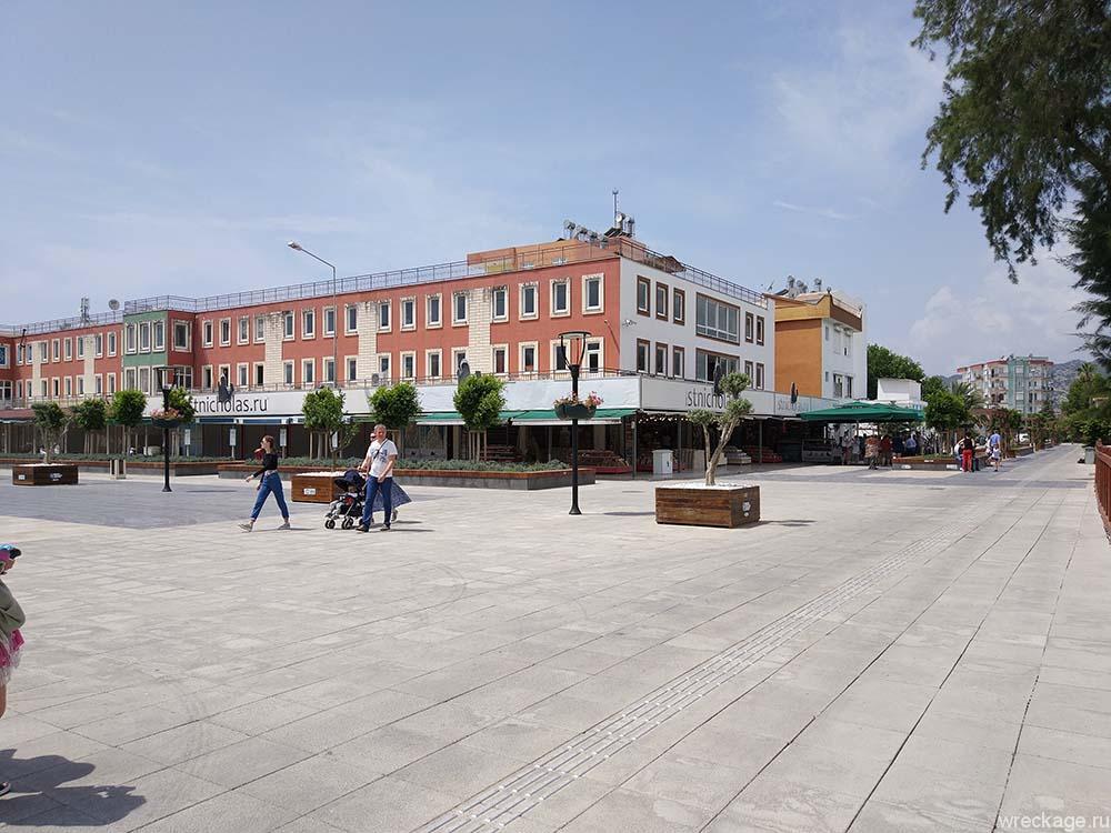площадь города около храма святого николая