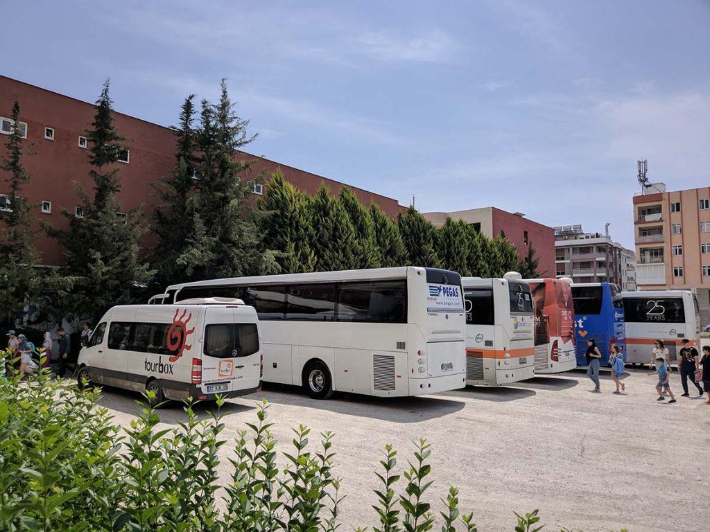 туристические автобусы возле демре