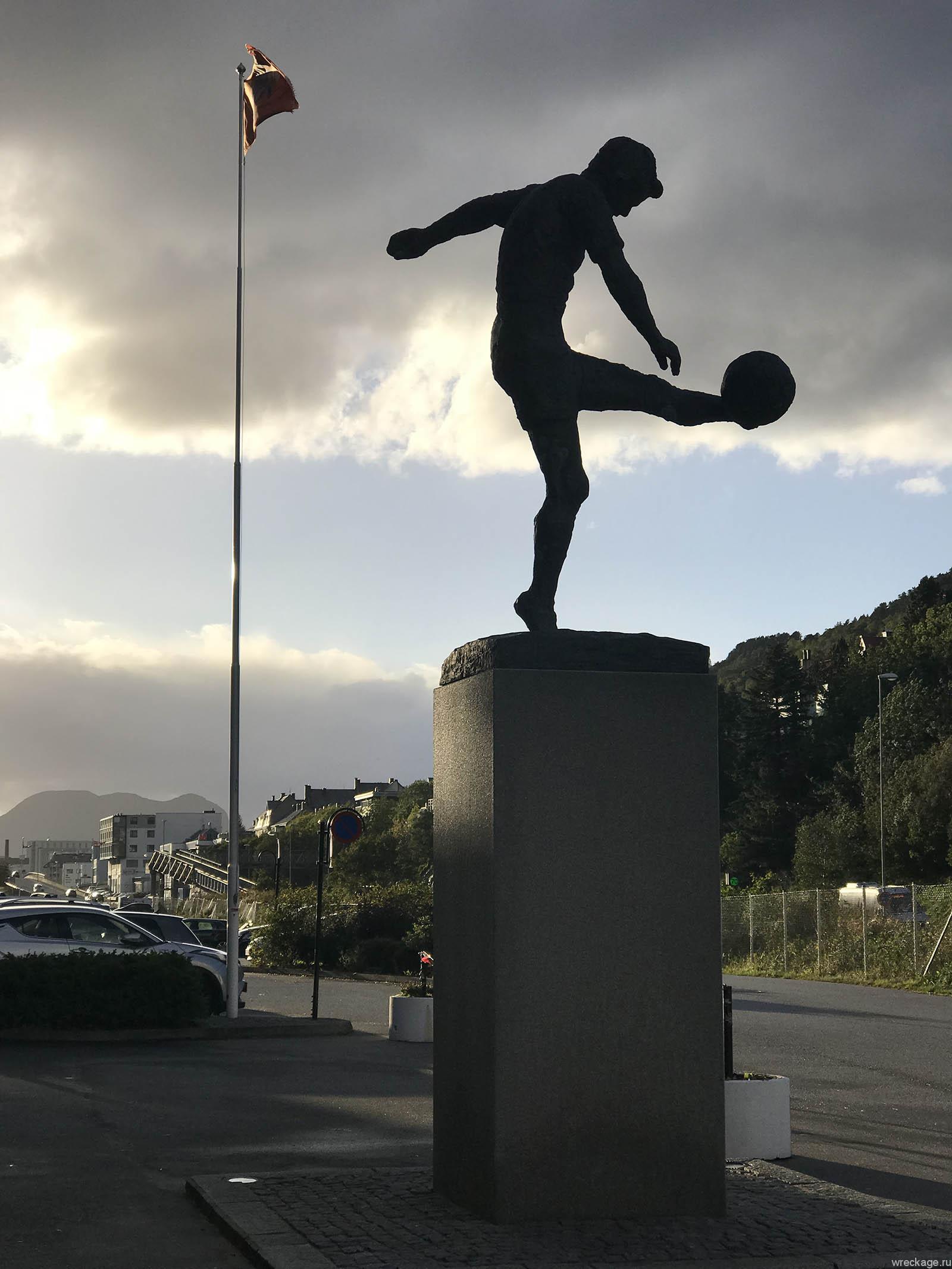 Олесунн памятник футболисту