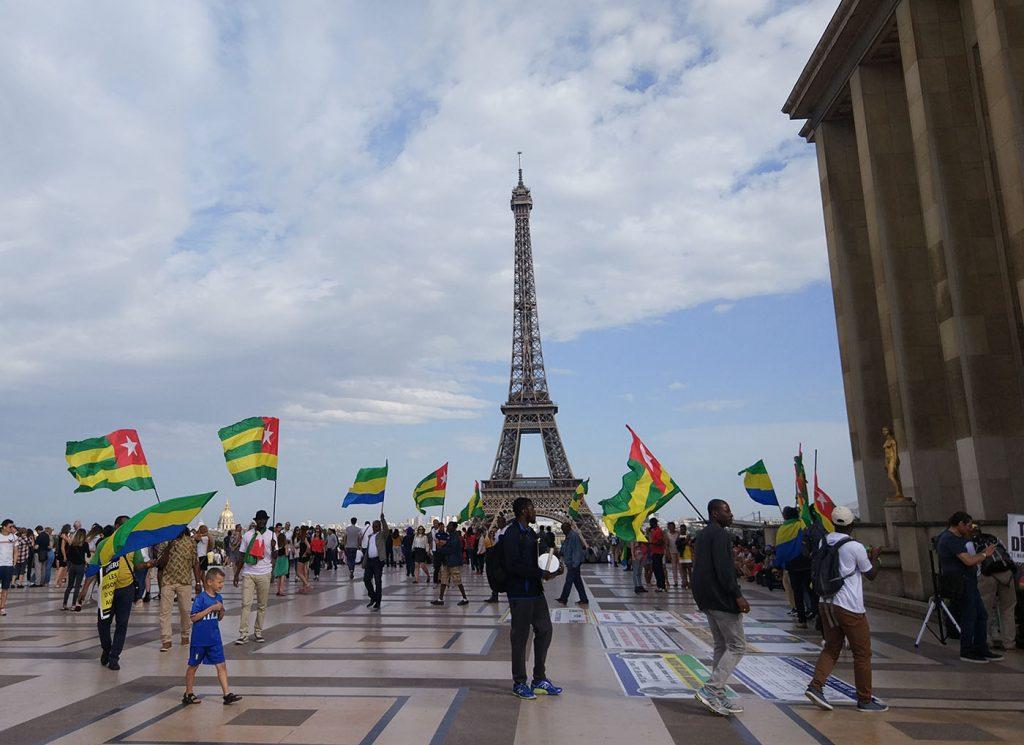 Париж митинги около башни эйфелевой